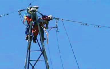 Se fijó definitivamente el cable OPGW en las estructuras de retención.