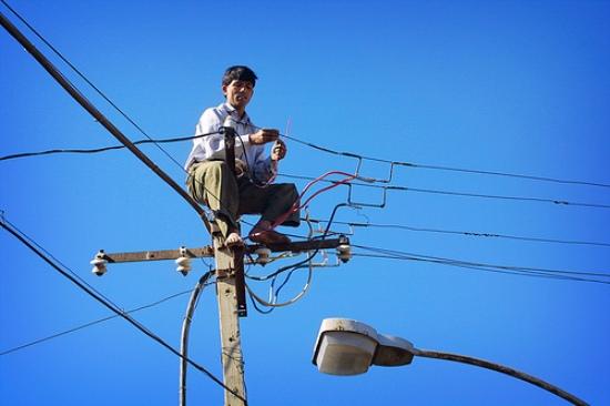 También hay quienes se conectan directamente a un cable externo, aéreo o subterráneo de la AEE.