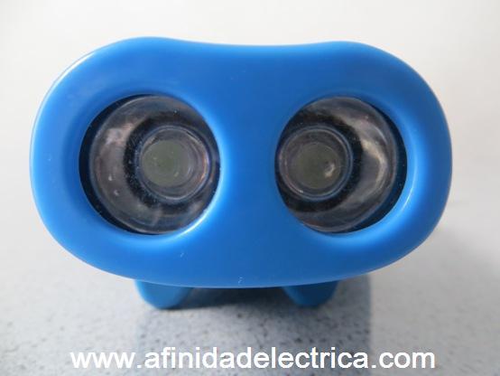 En su parte delantera o receptáculo, y ubicados detrás de sendas lentes cuya función es concentrar los haces de luz, se observan dos LEDs blancos de alto brillo de 5mm.