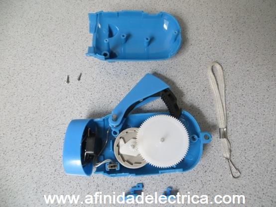 Para la apertura del aparato, se retiran los dos tornillos ubicados en su parte inferior y se quita el receptáculo de los LEDs para luego separar en dos mitades la carcasa.