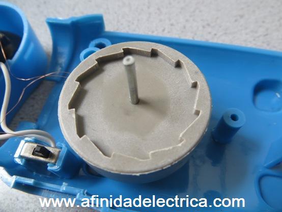 Al retirar el sistema anti retroceso queda expuesto el rotor de la dínamo.
