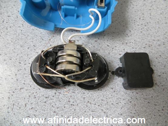 En la parte posterior del receptáculo de LEDs se encuentra una tapa plástica que al ser retirada permite observar la presencia de tres pilas que son las que permiten el uso de este aparato sin accionamiento mecánico del generador a modo de una linterna clásica a pilas.