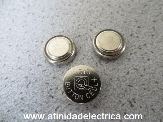 Las pilas son del tipo botón alcalinas de 1,5 Volt y al estar conectadas en serie se obtienen 4,5 Volt para alimentar el circuito.