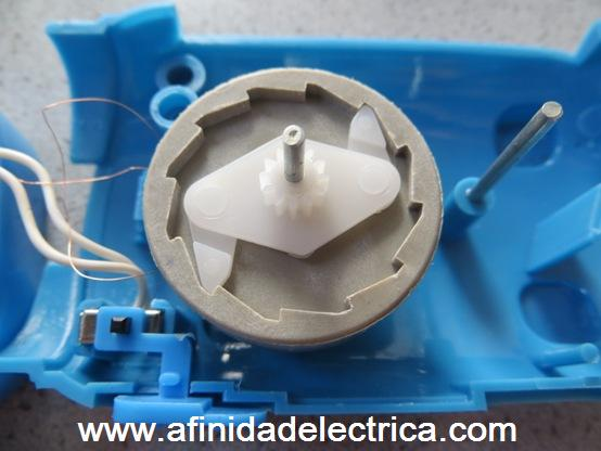 Detrás del engranaje blanco y montado sobre la dínamo, encontramos el mecanismo anti retroceso.