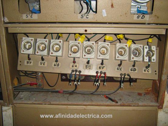 Para esto primero deberá interrumpir la energía eléctrica y retirar la placa metálica original que generalmente se encuentra fijada con tornillos y separadores al fondo del gabinete.
