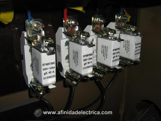 Luego de verificar la totalidad de las conexiones, se colocan los fusibles NH tamaño 00 de curva gG de 40A y se repone la energía eléctrica.