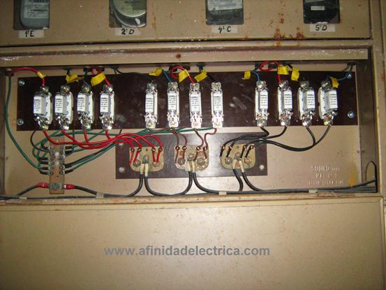 Este trabajo debe ser ejecutado por un profesional electricista matriculado, de acuerdo a los procedimientos de trabajo seguros y utilizando los elementos de protección personal adecuados.