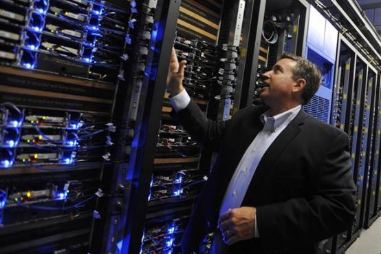 Algunos expertos del sector creen que la solución está en la nube: centralizar la computación en centros grandes y bien operados.