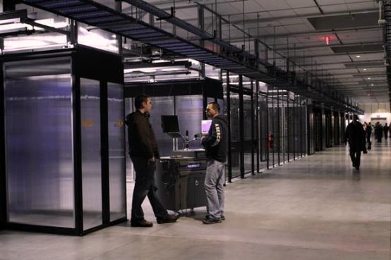 Un servidor es una especie de computadora de escritorio más poderosa, sin pantalla ni teclado, que contiene chips para procesar datos.