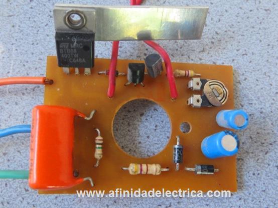 El electrónico es un temporizador o timer basado generalmente en el integrado 555 o un circuito controlado por el tiempo de carga de un capacitor.