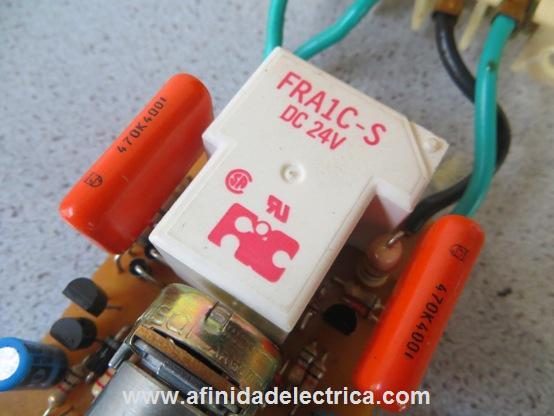 Un relay (o relé) es un contacto metálico accionado por un electroimán.
