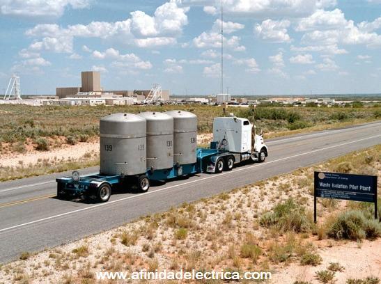 En la carretera que llega a la ciudad, grúas y cabrias extraen petróleo desde las profundidades de la Tierra.