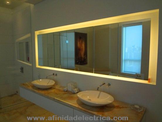 En este ejemplo se muestra la iluminación indirecta de un baño realizada con tiras de LEDs blanco cálido ocultas detrás de un espejo.