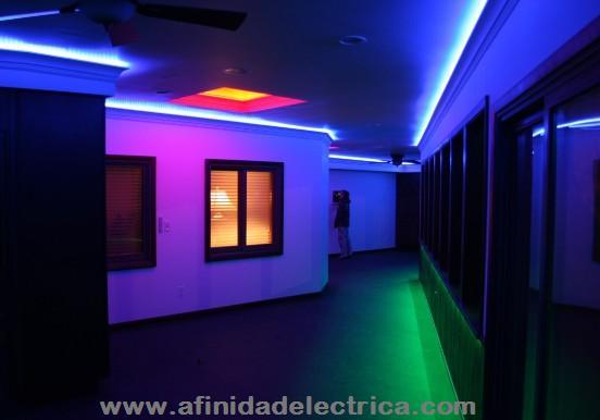 Con instalación de cintas de LEDs en gargantas y la combinación de distintos colores se logra resaltar la profundidad y volumen en pasillos y áreas estrechas.