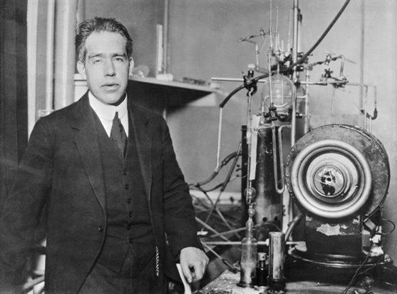 Entre la primavera y el otoño de 1913, un físico danés, Niels Bohr, publicó tres artículos, al primero de los cuáles le puso el lucreciano título Sobre la constitución de los átomos y las moléculas.