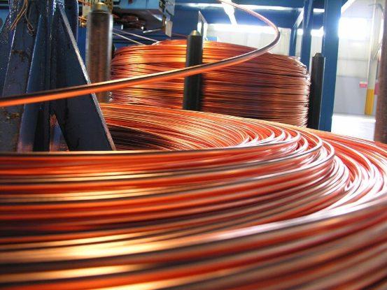 El aluminio puede significar un conductor de mayor área, por lo que se necesitará una mayor cantidad de material de aislamiento para rodearlo, lo que puede redundar en un cable de mayor costo. Consecuentemente, en este caso, se prefiere a menudo el menor volumen que ofrece el cobre.