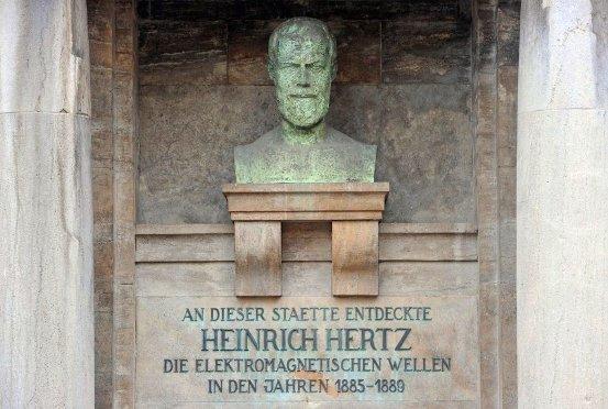 Cuando Hertz trabajaba como profesor de física en la Universidad de Bonn se dedicó al estudio de los rayos catódicos y logró determinar su carácter ondulatorio; además demostró que el calor proporciona una forma de radiación electromagnética.