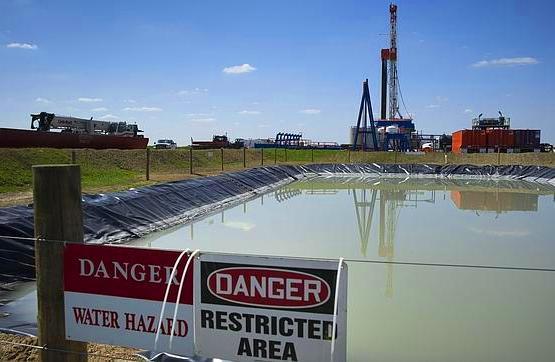 El fluido de retorno de fracking contiene las sustancias químicas utilizadas en el fluido de fractura. Además contiene metales pesados, y sustancias radiactivas como radón, radio o uranio, que retornan a la superficie.