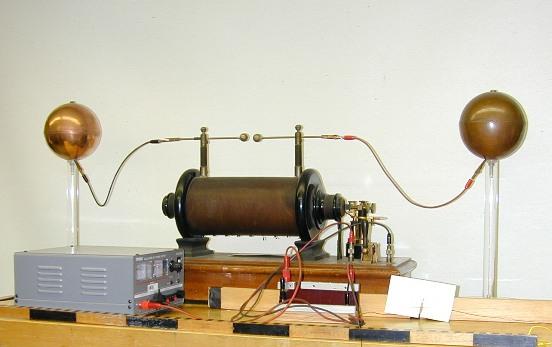 Construyó un circuito eléctrico que, de acuerdo a las ecuaciones de Maxwell podía producir ondas magnéticas. Cada oscilación produciría únicamente una onda, por lo que la radiación generada constaría de una longitud de onda grande.