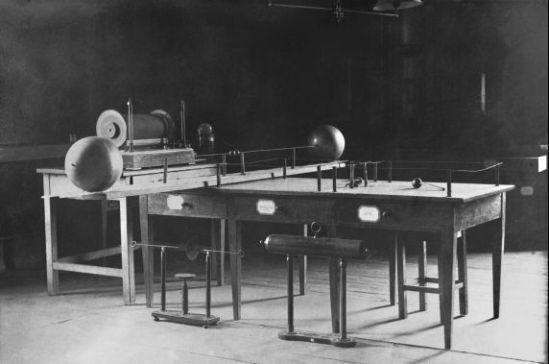 En 1886 pasó a ser profesor del Polytechnikum de Karlsruhe, en donde realizó los diversos ensayos que le condujeron al descubrimiento de lo que después se denominarían ondas hertzianas.