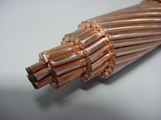 Además, como los cables de cobre son hechos por un número importante de finos hilos de ese material, son altamente flexibles y fáciles de pasar a través de los ductos.