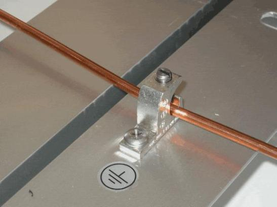 . El cobre, además, tiene una mayor capacidad térmica que el aluminio (cuando se hace referencia a unidad por volumen), lo que significa que se puede disipar más calor durante procesos pasajeros.