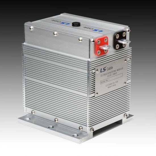 Las baterías liberan la energía de forma lenta y durante un período de tiempo más largo, mientras que los supercapacitores liberan su carga muy rápidamente.