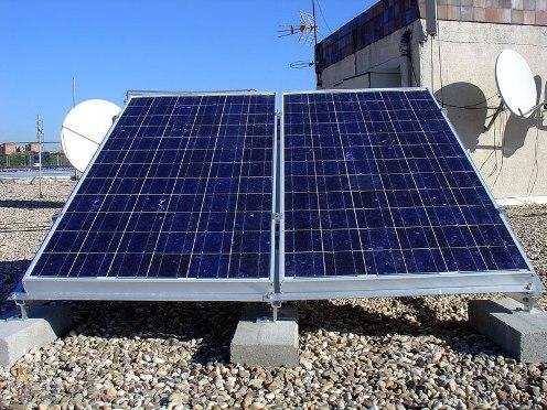 Placas fotovoltáicas: Son un conjunto de celdas fotovoltaicas conectadas entre sí, que generan electricidad en corriente continua.