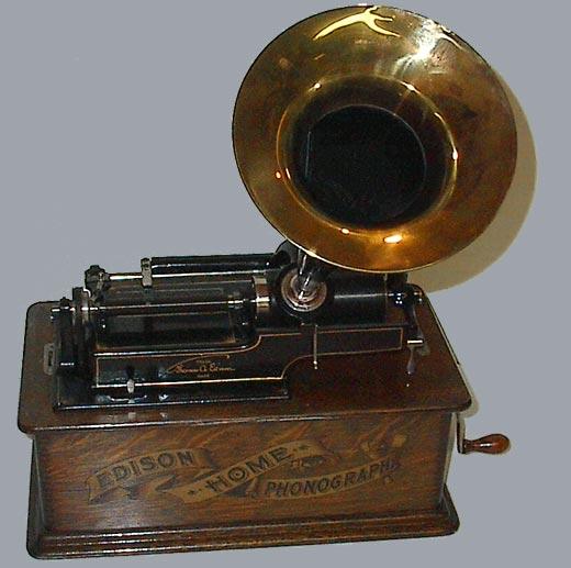 Un cilindro, un diafragma, una aguja y otros útiles menores le bastaron para construir en menos de un año el fonógrafo, el más original de sus inventos, un aparato que reunía bajo un mismo principio la grabación y la reproducción sonora.