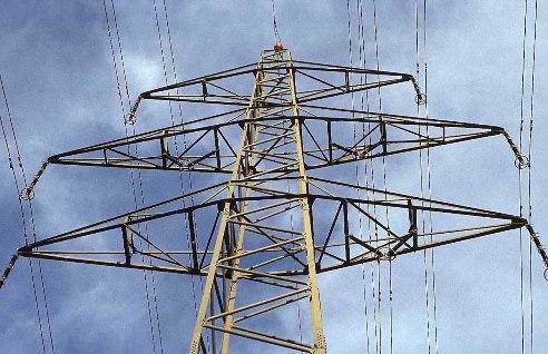 La capacitancia en una línea de transmisión es el resultado de la diferencia de potencial entre los conductores y origina que ellos se carguen de la misma forma que las placas de un capacitor cuando hay una diferencia de potencial entre ellas.