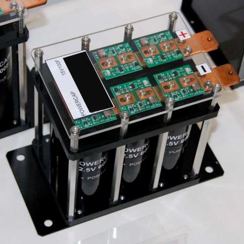 Los supercapacitores o supercondensadores, también conocidos como ultracondensadores, son como los capacitores normales pero almacenan hasta unas 10.000 veces más energía, ocupando el mismo tamaño.