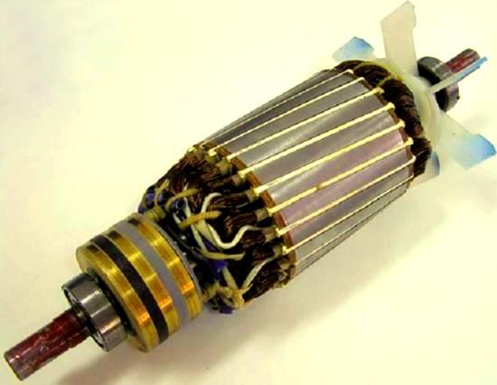 En otras palabras, este motor tiene un devanado trifásico en el rotor, terminado en tres anillos deslizantes, en lugar de una estructura de jaula de ardilla.