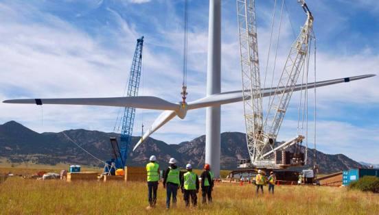 La energía eólica es autóctona, está disponible en una gran parte del planeta, por lo tanto fomenta la riqueza y la generación de empleo local.
