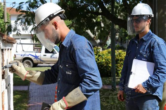 Utilizar el equipo de protección personal tanto en los trabajos en la empresa como en casa.