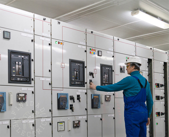 Aislarse si se trabaja con máquinas o herramientas alimentadas por tensión eléctrica; utilizar prendas y equipos de seguridad.