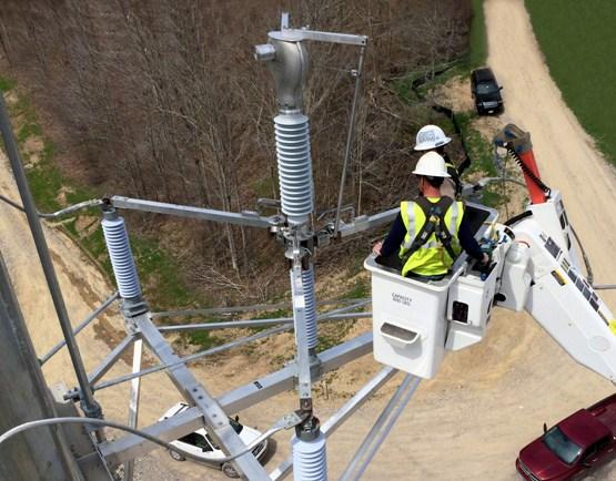 Cualquier sistema de distribución de electricidad requiere una serie de equipos suplementarios para proteger los generadores, transformadores y las propias líneas de conducción.