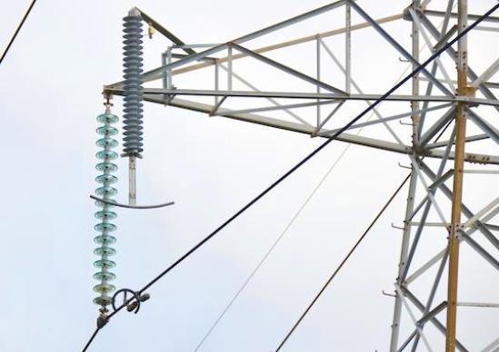 """La fuerza eléctrica que """"empuja"""" los electrones es medida en Voltios."""
