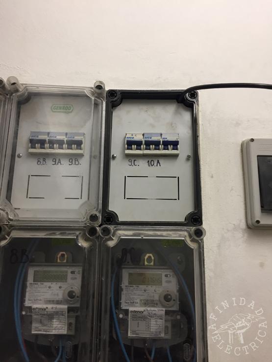 Este voltaje se eleva mediante transformadores a tensiones entre 138.000 y 765.000 volts para la línea de transporte primaria (cuanto más alta es la tensión en la línea, menor es la corriente y menores son las pérdidas, ya que éstas son proporcionales al cuadrado de la intensidad de corriente).
