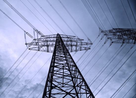 Es así como viaja por cables de alta tensión y torres que los sostienen, a lo largo de cientos de kilómetros, hasta los lugares donde será consumida.