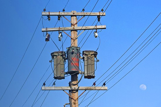 Los transformadores que bajan el voltaje al valor utilizado por los consumidores.
