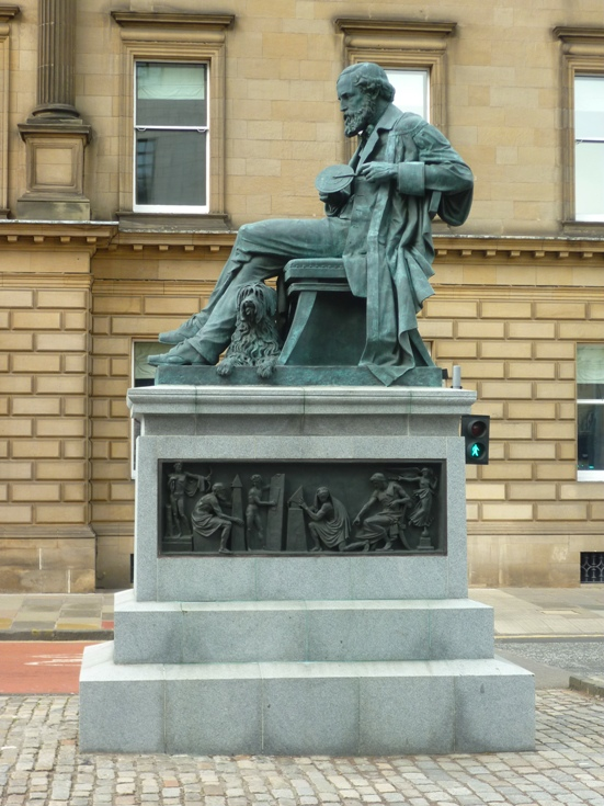 Una estatua en la Calle George de Edimburgo.