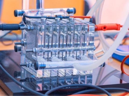 Esta reacción en una sóla célula produce una tensión de 0.7 voltios. Para conseguir una tensión mayor, lo que se hace es combinar varias células formando una pila de células