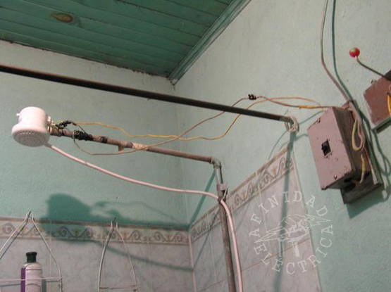 Las viviendas antiguas no están diseñadas para aguantar la demanda eléctrica de hoy en día, por lo que es recomendable revisar el cableado eléctrico cada veinte años, o más seguido si se le da un uso intensivo.