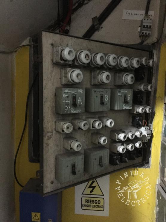 Tableros Eléctricos: Muchas veces no están limpios, o están instalados en lugares inapropiados (con poca ventilación, próximos a balones de gas) o presentan partes con materiales combustibles (como madera).