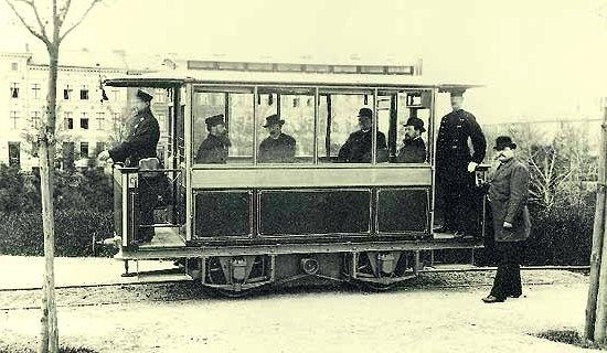 """Fue ascendido a la nobleza en 1888, con lo cual el apellido Siemens (de su familia Siemens) pasó a ser """"von Siemens"""" que significa """"de Siemens"""". Murió el 6 de diciembre de 1892 en Berlin, Alemania."""