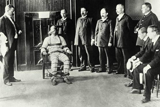 A Kemmler se le informó que sería ejecutado a las 6 del 6 de agosto de 1890. Aunque parecía nervioso, no perdió el control. Al despertar se vistió con un traje que habían escogido para él.