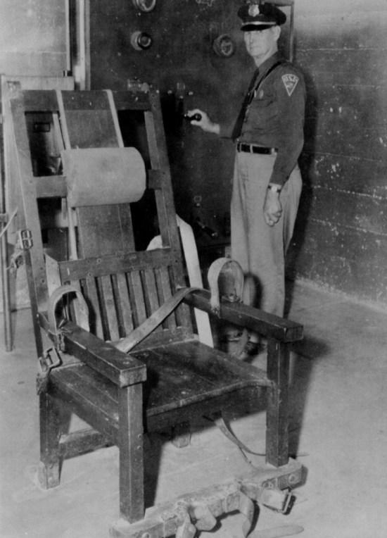 Pues bien, en 1881 el dentista Albert Southwick estaba caminando por una calle en la ciudad de Buffalo, al norte del estado de Nueva York, cuando vio a un obrero tocar las terminales de un generador eléctrico. El pobre quedó carbonizado.