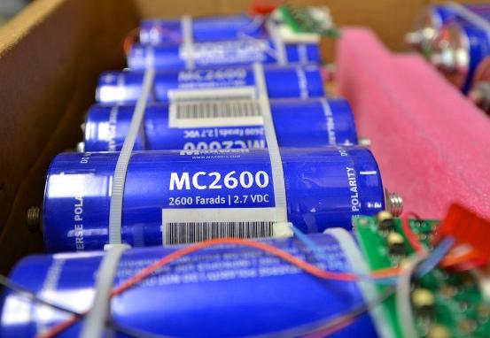 ¿Cuál es el secreto? La capacidad de almacenamiento de un supercapacitor es proporcional al área de la superficie de los electrodos.