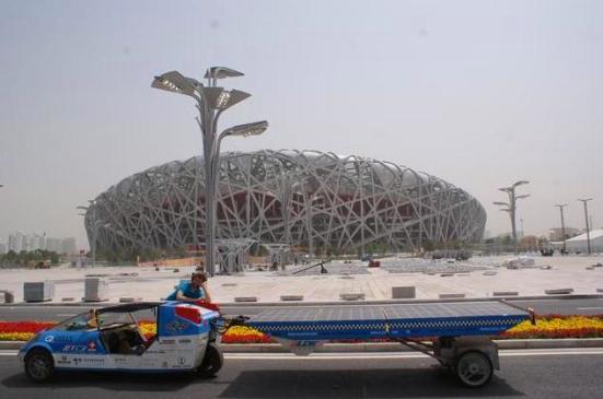 Su solartaxi va acompañado de un autobús con un equipo técnico en el que hay varias plazas libres; quién lo desee, puede unirse durante un periodo máximo de tres semanas.