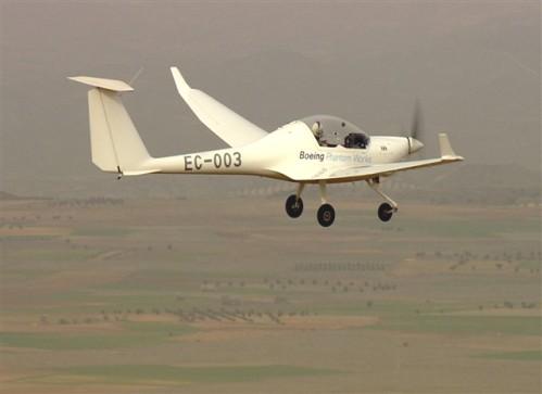 Durante los vuelos, el piloto del avión experimental alcanzó una altitud de 1.000 metros sobre el nivel del mar, utilizando una combinación de energía de la batería y la potencia generada por pilas de combustible de hidrógeno.